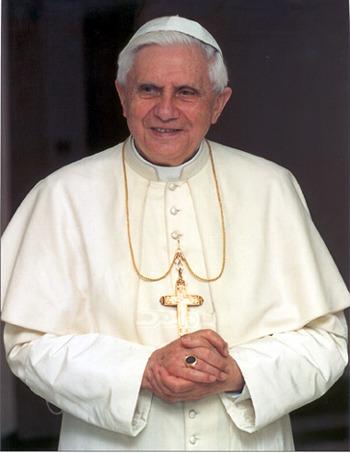 Papa Benedetto XVI con un anello di ametista
